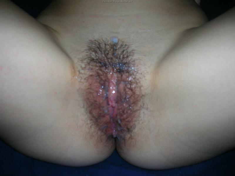 Сладкая брюнетка дрочит киску и сосет писюн любовника - секс порно фото