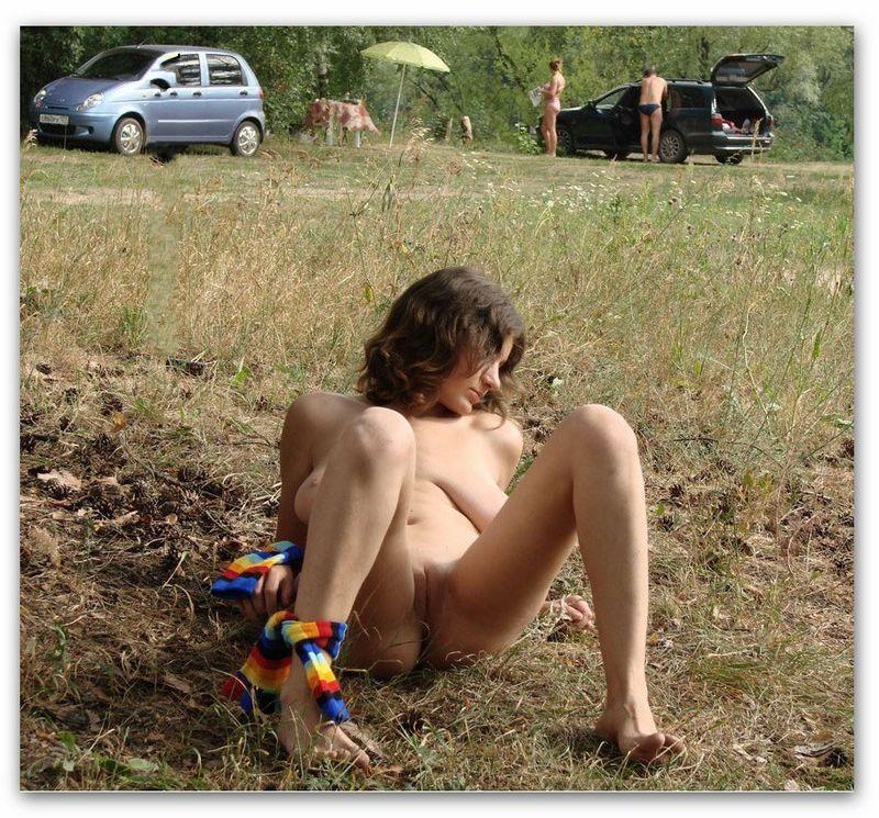 Поглядывание за онанирующей киску на траве брюнеткой - секс порно фото